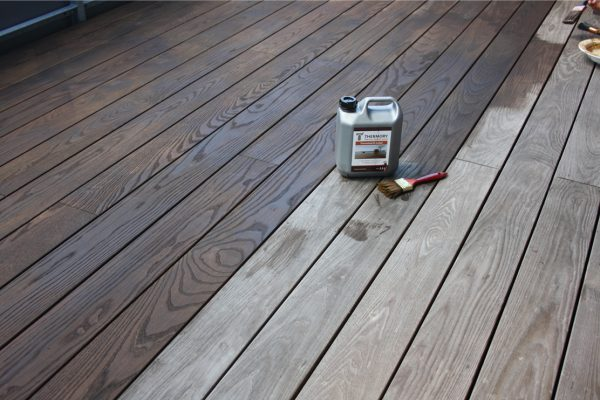 Dunkles Öl für Holzterrasse