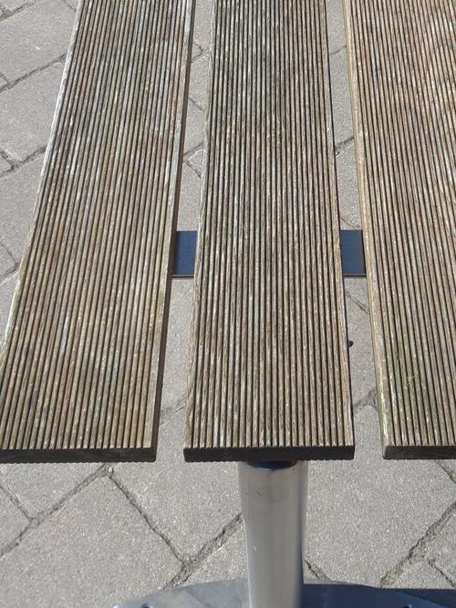 Tisch aus Thermoholz
