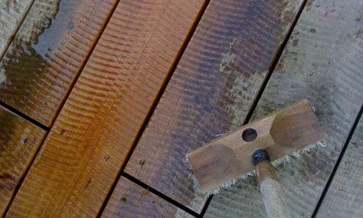 Holzterrasse reinigen